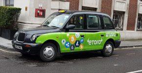 המונית הלונדונית עם הפרסומת של eToro