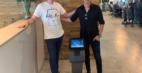 """ליאור סושרד (מימין) עם יוסי וולף, מנכ""""ל רובוטאמי. צילום: גיא וולף"""