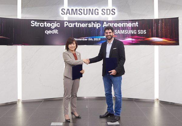 """יונתן רואש, מנכ""""ל QEDIT, וג'יני הונג, סגנית הנשיא ומנהלת מרכז הבלוקצ'יין ב-Samsung SDS, במעמד החתימה על ההסכם. צילום: יח""""צ"""