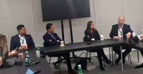 """מימין: ערן אלבז, מנמ""""ר 888; קרני מהרשק, מנהלת השיווק של VMware ישראל; אלי שקד, המנכ""""ל; ואבי יושי, סמנכ""""ל הטכנולוגיות. צילום: יח""""צ"""