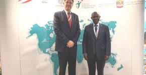 """מימין: ד""""ר יוג'ין מוטימורה, שר החינוך של רואנדה, ואורי בן ארי, נשיא ומייסד קרן אתנה, בכנס בדובאי. צילום: יח""""צ"""
