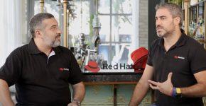 מימין: ארז קירזון, ארכיטקט פתרונות בכיר ברד-האט, ואנואל יעקובוב, יועץ ענן בכיר בחברה. צילום: שרון אלדר